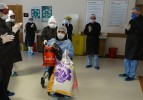 Soma'da corona virüsü yenen hastalar alkışlarla taburcu edildi