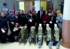 AK PARTİ KADIN KOLLARI'NDAN TEKERLEKLİ SANDALYE BAĞIŞI
